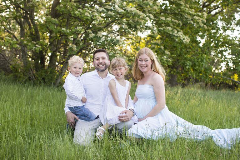 gravidfotografering göteborg familjebilder syskonbilder gravidklänningar