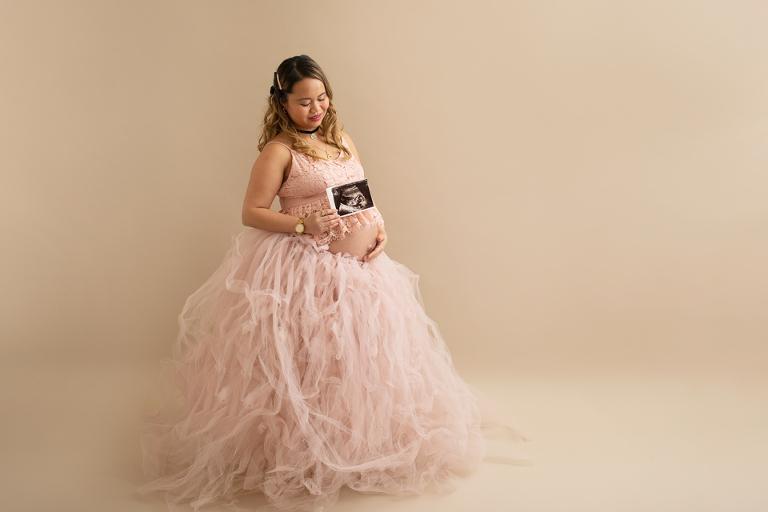 gravidfotografering i göteborg minisession studio gravidklänningar